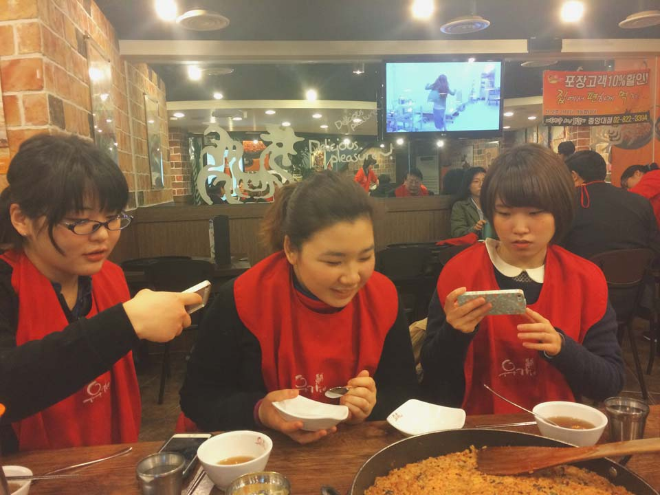 Girls from Aoyama Gakuin mesmerised by cheesy Kimchi rice