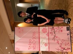 ピアノの発表会前に記念写真を撮る娘と父
