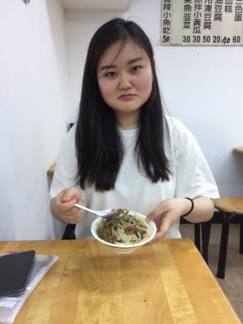 驚愕の70円ご飯の、あまりのしょぼさに全身でがっかりを表現するやなぎももか